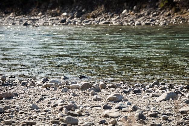 Vista das rochas do leito do rio