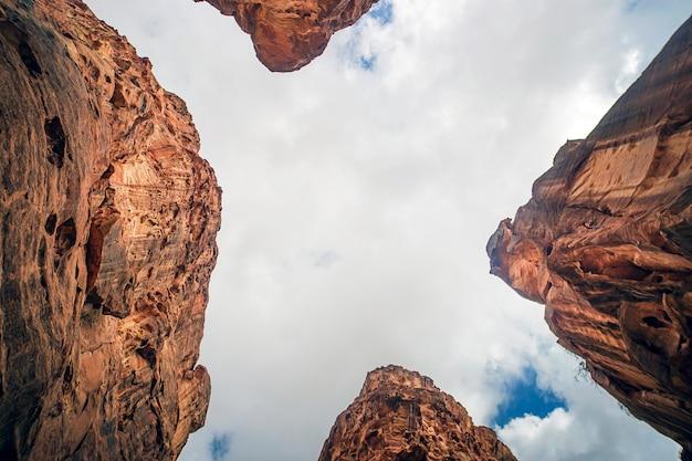 Vista das rochas em petra, jordânia. canyon entre as rochas, vista inferior. natureza do oriente médio.
