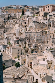 Vista das ruas estreitas de uma antiga cidade europeia