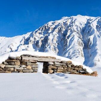 Vista das ruínas sob a neve nos alpes franceses.
