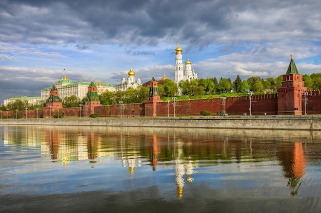 Vista das torres e templos do kremlin de moscou, o aterro do kremlin