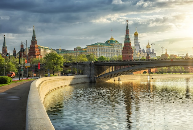 Vista das torres, templos do kremlin de moscou e da ponte bolshoi kamenny