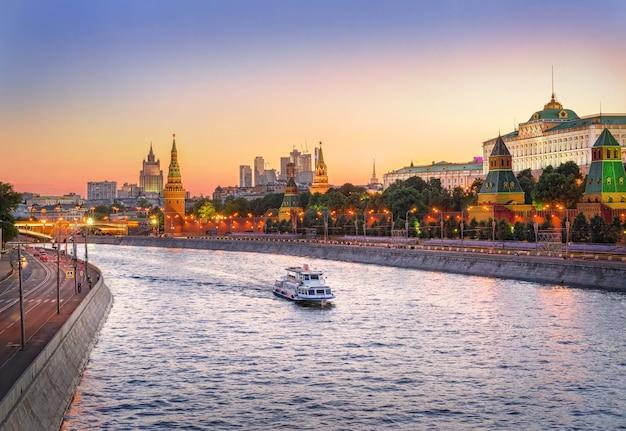 Vista das torres, templos do kremlin de moscou e o navio flutuante