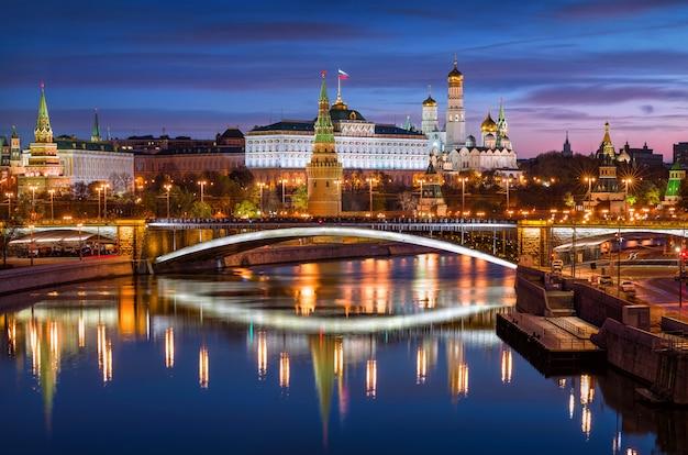 Vista das torres, templos do kremlin de moscou, sob um céu azul noturno