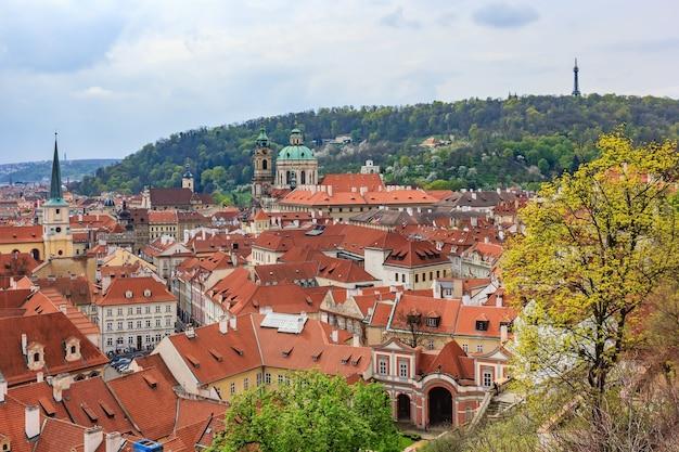 Vista, de, a, cidade velha, cais, arquitetura, e, tradicional, vermelho, telhados, em, praga, república tcheca