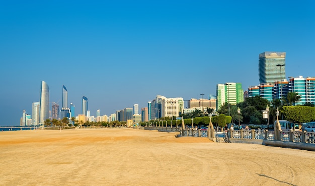 Vista de abu dhabi da praia pública
