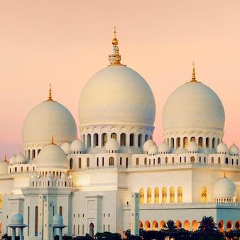 Vista de abu dhabi sheikh zayed mosque ao pôr do sol, emirados árabes unidos.