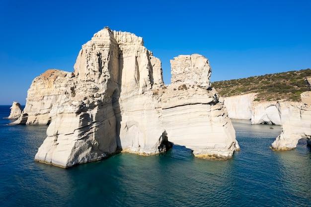 Vista de aerian da famosa rocha na praia kleftico, milos, grécia