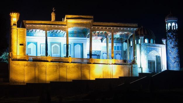 Vista de afrosiab durante a noite. arquitetura antiga da ásia central
