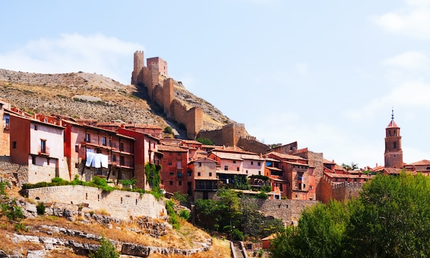 Vista de albarracin com parede de fortaleza