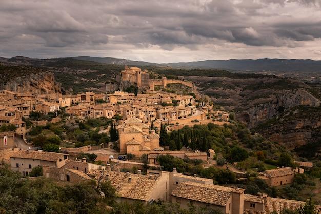 Vista de alquezar, uma das cidades mais bonitas do país, na província de huesca, aragão, espanha.