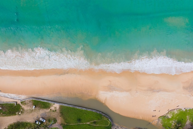 Vista de alto ângulo da areia da praia e água do mar