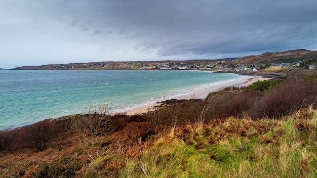 Vista de alto ângulo da cidade de gairloch perto do mar em highlands, na escócia, em um dia sombrio