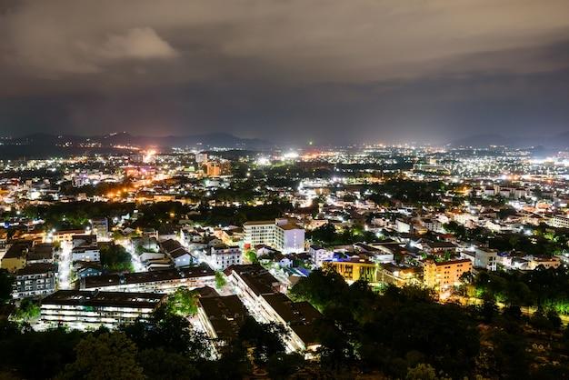 Vista de alto ângulo da cidade no céu noturno do ponto de vista de khao rang é uma cidade turística perto do mar na grande ilha da província de phuket, na tailândia