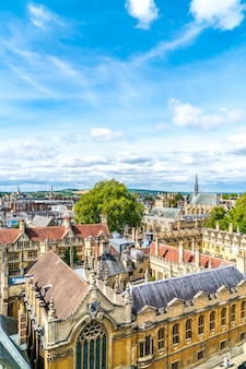 Vista de alto ângulo da high street da cidade de oxford, reino unido