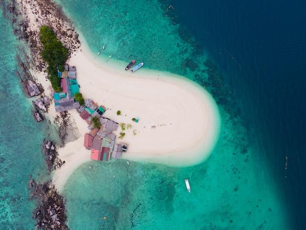 Vista de alto ângulo da ilha e do mar