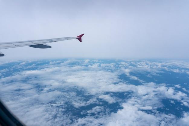 Vista de alto ângulo da janela do avião lindo céu e nuvens brancas