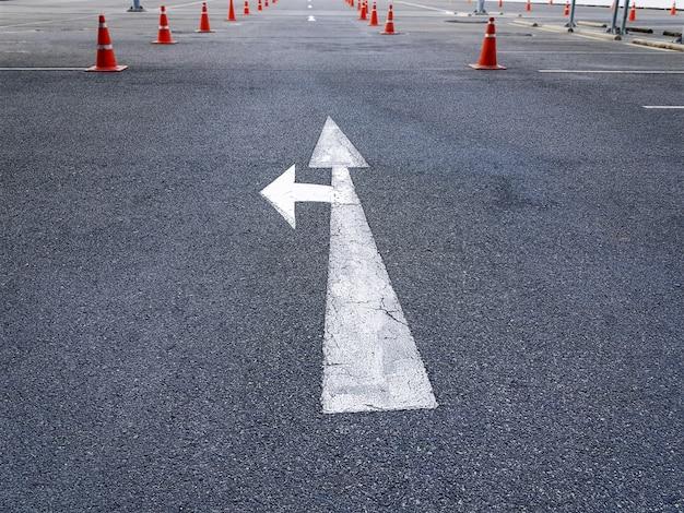 Vista de alto ângulo da seta de tráfego marca de ir em linha reta ou vire à esquerda