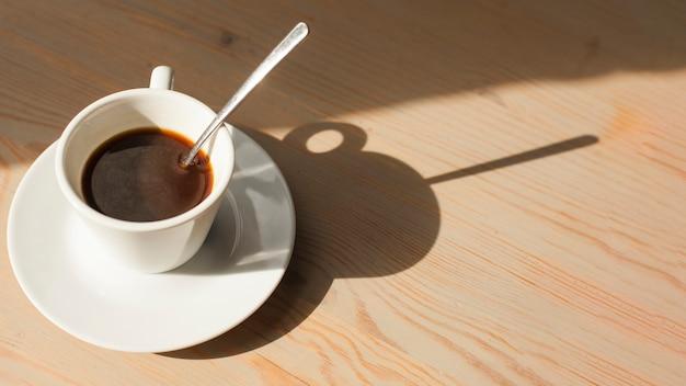 Vista de alto ângulo de café expresso saboroso na superfície de madeira