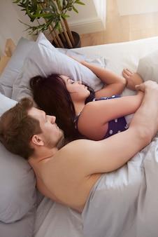 Vista de alto ângulo de casal dormindo