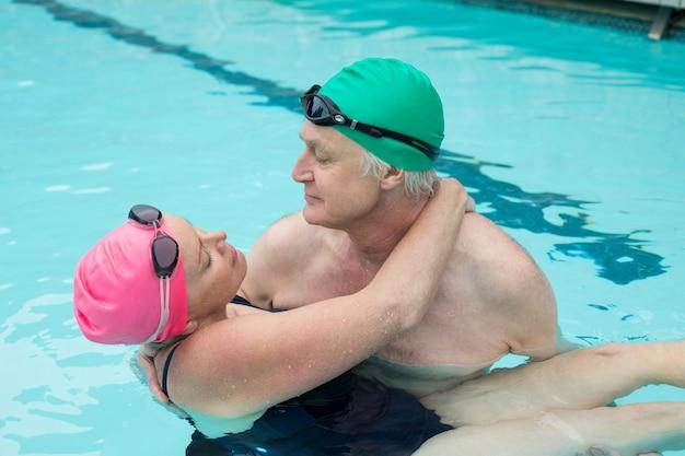 Vista de alto ângulo de casal maduro namorando na piscina