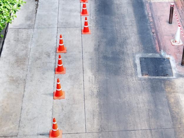 Vista de alto ângulo de cones de trânsito laranja na rua