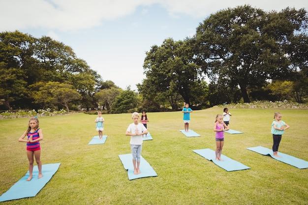 Vista de alto ângulo de crianças fazendo yoga