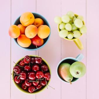 Vista de alto ângulo de frutas frescas no tampo da mesa de madeira Foto gratuita