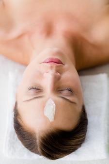Vista de alto ângulo de mulher relaxante no spa