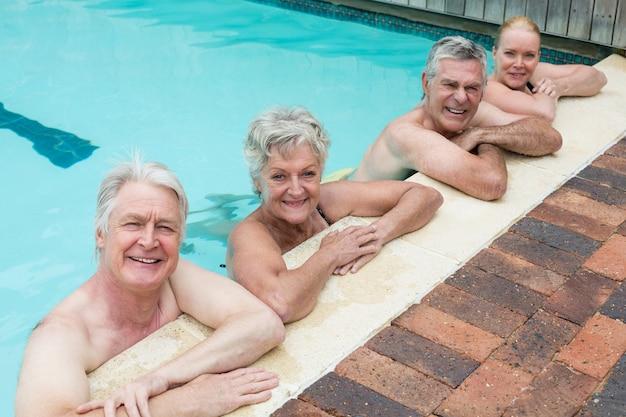 Vista de alto ângulo de nadadores inclinados à beira da piscina