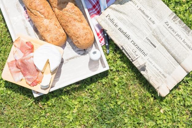 Vista de alto ângulo de pão; queijo e bacon na bandeja