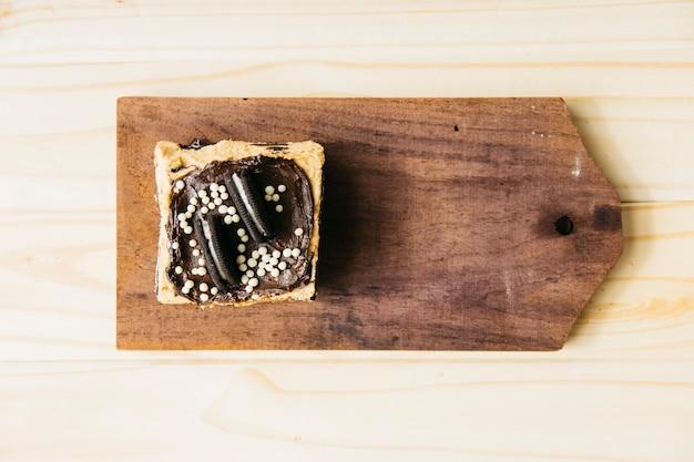 Vista de alto ângulo de pastelaria deliciosa na tábua de madeira