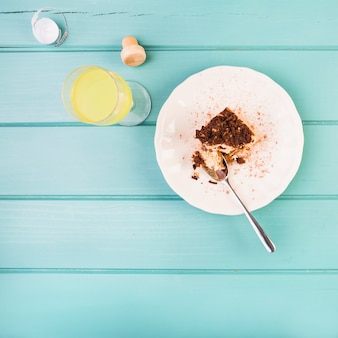 Vista de alto ângulo de pastelaria e bebida em fundo de madeira