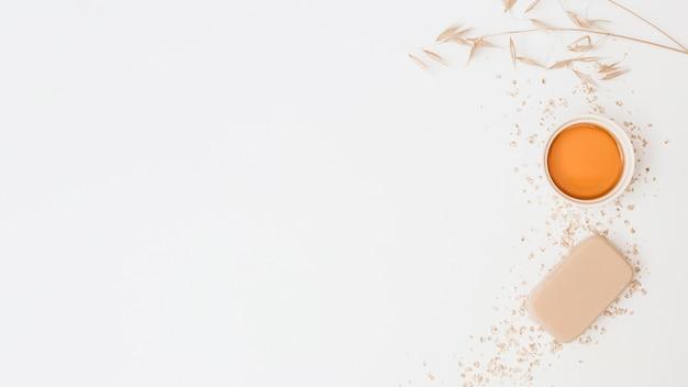 Vista de alto ângulo de sabão; mel e silêncio no pano de fundo branco