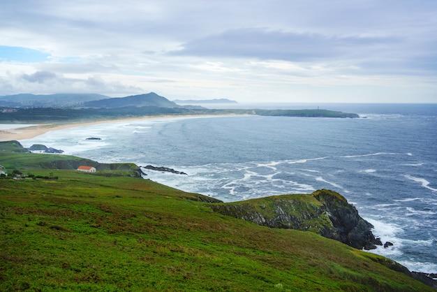 Vista de alto ângulo de uma praia na costa espanhola do oceano atlântico valdovio galicia espanha
