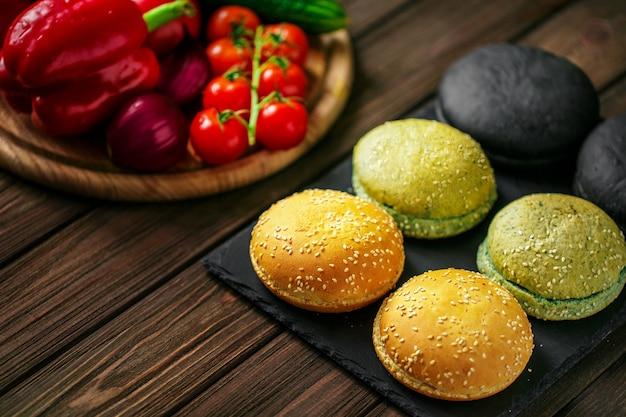 Vista de alto ângulo de variedade de seis pães de hambúrguer ou rolos de jantar