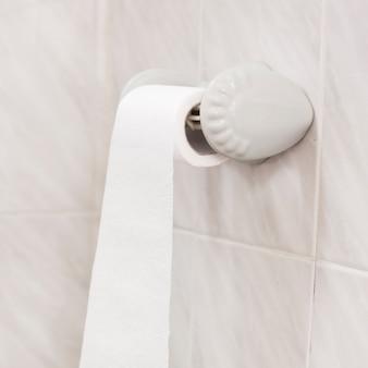 Vista de alto ângulo do banho com rolo de papel higiênico