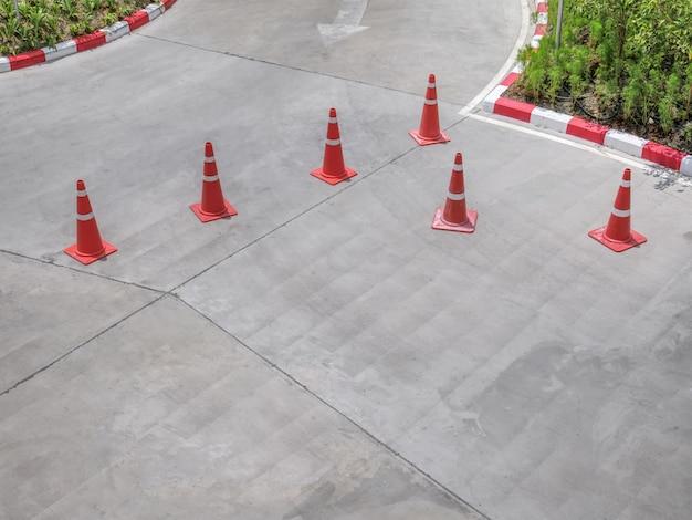 Vista de alto ângulo do grupo de cones de trânsito na rua
