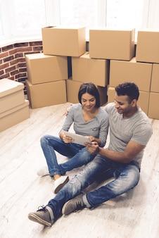 Vista de alto ângulo do lindo casal usando um tablet digital