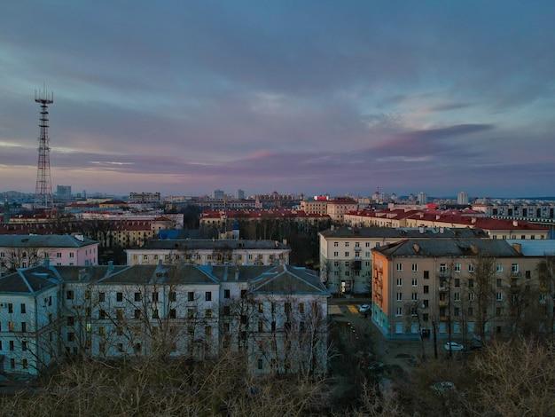 Vista de alto ângulo dos edifícios de minsk, bielorrússia, no outono