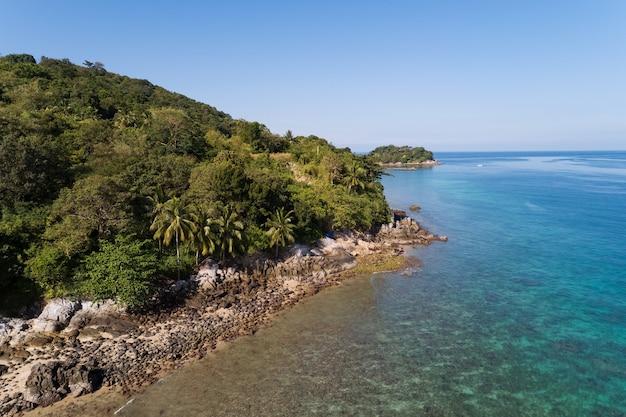 Vista de alto ângulo litoral do mar tropical e montanha localizada em phuket tailândia vista aérea drone de cima para baixo paisagem de vista incrível da natureza superfície do mar bonita.