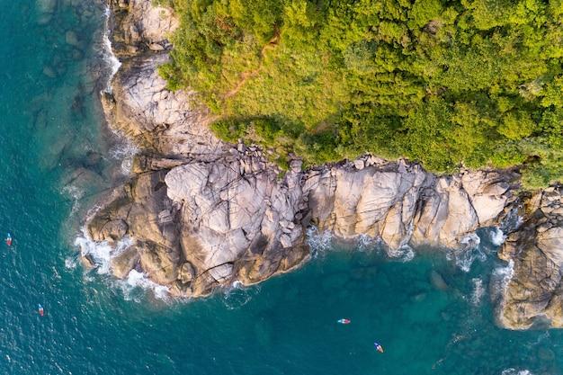 Vista de alto ângulo mar tropical com ondas quebrando na praia e na alta montanha localizada em phuket tailândia aérea