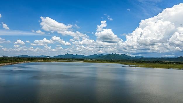 Vista de alto ângulo vista aérea da represa com lindo céu, tailândia