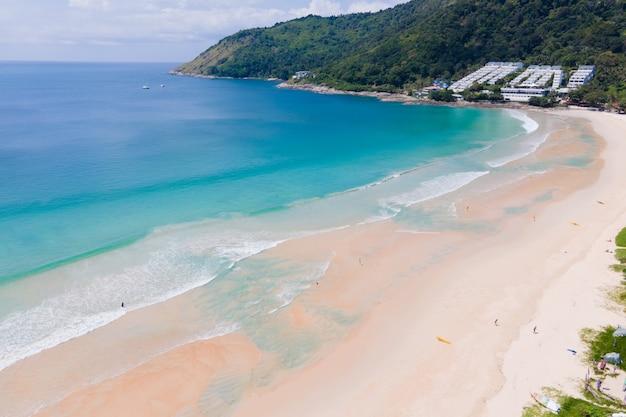 Vista de alto ângulo, vista de cima, areia da praia e mar