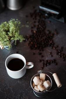 Vista de alto ângulo xícara de café com cubos de açúcar
