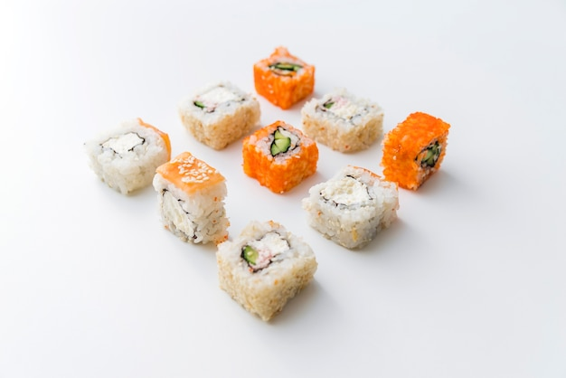 Vista de ângulo arranjado rolos de sushi