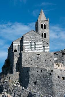 Vista de ângulo baixo da histórica igreja de são pedro