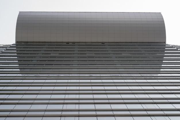 Vista de ângulo baixo do edifício corporativo