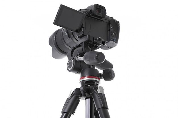 Vista de ângulo baixo na enorme câmera fotográfica preta com recorte trepado