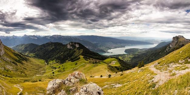 Vista de annecy com folhagem verde com árvores nos alpes franceses